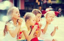 Τα παιδιά που φυσούν βράζουν υπαίθρια Στοκ φωτογραφία με δικαίωμα ελεύθερης χρήσης