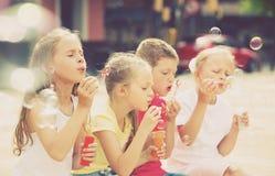 Τα παιδιά που φυσούν βράζουν υπαίθρια Στοκ εικόνα με δικαίωμα ελεύθερης χρήσης