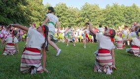 Τα παιδιά που χορεύουν στη φύση στο εθνικό κεντημένο πουκάμισο στο kupala ivana διακοπών, κορίτσια χορεύουν στα εθνικά κοστούμια απόθεμα βίντεο