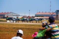 Τα παιδιά προσέχουν τα αεροπλάνα στον αέρα παρουσιάζουν Στοκ Φωτογραφίες