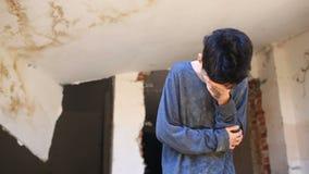 Τα παιδιά προσφύγων κάθονται κοντά σε ένα σπίτι Πόλεμος, σεισμός, πυρκαγιά, βομβαρδισμός Έφηβος αγοριών φιλμ μικρού μήκους
