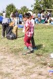 Τα παιδιά προσφύγων παίζουν κοντά στα σύνορα της Σερβίας σε Tovarnik Στοκ Φωτογραφίες