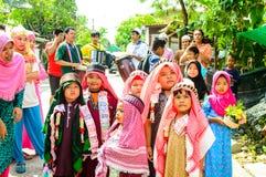 Τα παιδιά στέκονται στη σειρά πριν από την περιτομή τελετής έναρξης. Στοκ Φωτογραφία