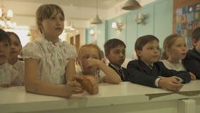Τα παιδιά στέκονται στον άσπρο φραγμό καντίνων και περιμένουν τις διαταγές τους απόθεμα βίντεο