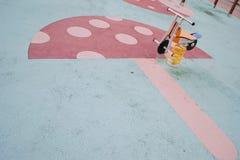 Τα παιδιά σταθμεύουν την άνοιξη κύκλων Στοκ εικόνες με δικαίωμα ελεύθερης χρήσης