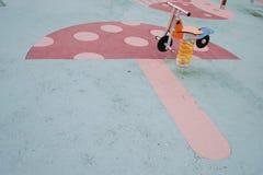 Τα παιδιά σταθμεύουν την άνοιξη κύκλων Στοκ Φωτογραφίες