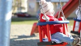 Τα παιδιά σταθμεύουν το χρόνο ταλάντευσης απόθεμα βίντεο