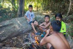 Τα παιδιά στην επαρχία Ταϊλάνδη βάζουν φωτιά μετά από να παίξουν στο νερό ένα λ Στοκ Εικόνες
