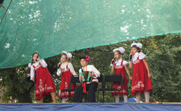 Τα παιδιά στο εθνικό κοστούμι τραγουδούν στη σκηνή στην ημέρα της πόλης Στοκ φωτογραφίες με δικαίωμα ελεύθερης χρήσης