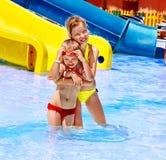 Τα παιδιά στο νερό γλιστρούν στο aquapark. Στοκ Εικόνες