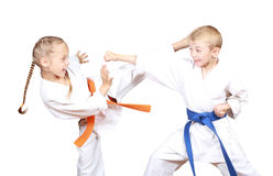 Τα παιδιά στο karategi κτυπούν τα λακτίσματα και το χέρι Στοκ Φωτογραφία