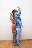 Τα παιδιά συγκρίνουν το ύψος σωμάτων στοκ εικόνα με δικαίωμα ελεύθερης χρήσης