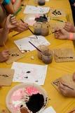 Τα παιδιά σύρουν τα χρώματα Στοκ φωτογραφία με δικαίωμα ελεύθερης χρήσης