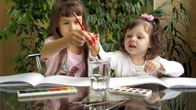 Τα παιδιά σύρουν τα χρώματα απόθεμα βίντεο