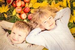 Τα παιδιά το φθινόπωρο σταθμεύουν στοκ εικόνα