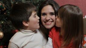 Τα παιδιά φιλούν τη μητέρα τους φιλμ μικρού μήκους
