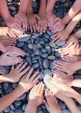 Τα παιδιά χεριών διαμορφώνουν τον κύκλο στην παραλία Στοκ εικόνα με δικαίωμα ελεύθερης χρήσης