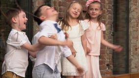 Τα παιδιά χορεύουν μπροστά από τη κάμερα απόθεμα βίντεο