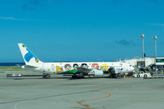 Τα παιδιά χρωμάτισαν στο αεροπλάνο στον αερολιμένα της Νάχα Στοκ Εικόνα