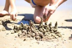 Τα παιδιά χτίζουν το κάστρο άμμου Στοκ Εικόνες