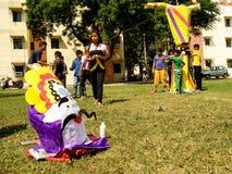 Τα παιδιά χτίζουν το ομοίωμα Ravan για τους εορτασμούς Dussera Στοκ Φωτογραφία