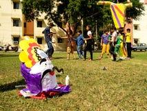 Τα παιδιά χτίζουν το ομοίωμα Ravan για τους εορτασμούς Dussera Στοκ φωτογραφία με δικαίωμα ελεύθερης χρήσης
