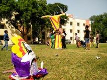 Τα παιδιά χτίζουν το ομοίωμα Ravan για τους εορτασμούς Dussera Στοκ εικόνες με δικαίωμα ελεύθερης χρήσης