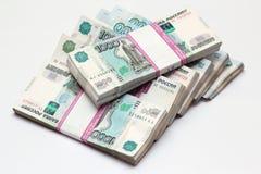 Τα πακέτα σε χιλιάες τραπεζογραμμάτια ρουβλιών στοκ εικόνα