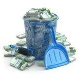 Τα πακέτα του ευρώ στα απορρίματα μπορούν Σπατάλη των χρημάτων ή του συνταγματάρχη νομίσματος Στοκ Εικόνες