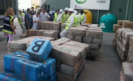 Τα πακέτα φαρμάκων συσσωρεύονται και παρουσιάζονται στα μέσα πριν από την καταστροφή του Στοκ εικόνα με δικαίωμα ελεύθερης χρήσης