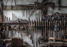 Τα παλαιά εργαλεία σε ένα αρχαίο σιδηρουργείο στοκ φωτογραφία με δικαίωμα ελεύθερης χρήσης