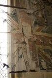 Τα παλαιά και φορεμένα πρότυπα σημαιών ένωσης κρέμασαν στο μοναστηριακό ναό Beverely, ανατολική οδήγηση του Γιορκσάιρ, UK - το Μά στοκ εικόνα