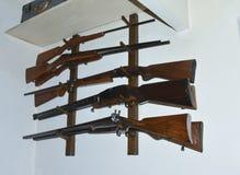 Τα παλαιά πυροβόλα όπλα κυνηγιού κρεμούν στον τοίχο Στοκ Εικόνες