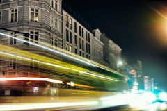 Τα παλαιά σπιτιών του ΑΜΒΟΥΡΓΟ δημόσιων χώρων οδών νυχτερινής έκθεσης της Ευρώπης διάσημα αυτοκίνητα κατανάλωσης κομμάτων κόκκινα στοκ εικόνες