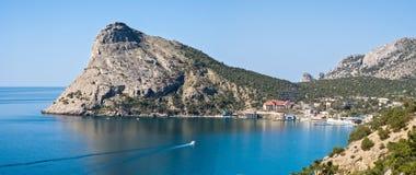 Τα πανιά βαρκών στον κόλπο πανόραμα Μαύρη Θάλασσα Κριμαία Στοκ φωτογραφίες με δικαίωμα ελεύθερης χρήσης