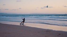 Τα πανιά ικτίνος-σερφ surfer στο ωκεάνιο κύμα Ισπανία Tarifa κίνηση αργή απόθεμα βίντεο