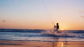 Τα πανιά ικτίνος-σερφ surfer στο ωκεάνιο κύμα Μαλδίβες κίνηση αργή απόθεμα βίντεο