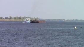 Τα πανιά σκαφών στον ποταμό απόθεμα βίντεο