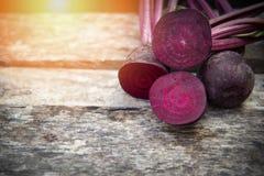 Τα παντζάρια τεμαχίζουν τις φρέσκες ρίζες κόκκινων τεύτλων στο ξύλινο υπόβαθρο στοκ φωτογραφίες