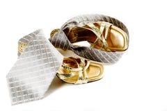 τα παπούτσια ανδρών s δένουν τη γυναίκα Στοκ Φωτογραφία