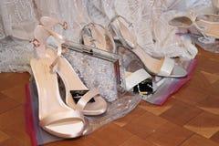 Τα παπούτσια βλέπουν τα παρασκήνια ενώπιον της νυφικής επίδειξης μόδας ανοίξεων του 2019 του Justin Αλέξανδρος Στοκ Φωτογραφίες