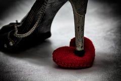 τα παπούτσια γυναικών βαδίζουν βαριά στη σπασμένη καρδιά στο σκοτεινό τόνο , απλήρωτη αγάπη Στοκ Φωτογραφίες