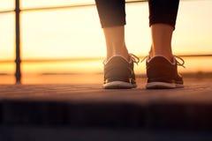 Τα παπούτσια γυναικών κλείνουν επάνω πριν από το τρέξιμο κατάρτισης Στοκ φωτογραφίες με δικαίωμα ελεύθερης χρήσης