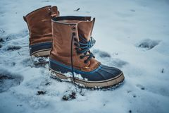 Τα παπούτσια δέρματος αφέθηκαν μόνα στο χιόνι στοκ φωτογραφία