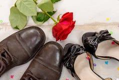 Τα παπούτσια και αυξήθηκαν στο ξύλινο υπόβαθρο, βαλεντίνος Στοκ Φωτογραφίες