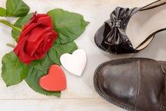 Τα παπούτσια και αυξήθηκαν στο ξύλινο υπόβαθρο, βαλεντίνος Στοκ Εικόνες