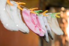 Τα παπούτσια μπαλέτου παιδιών ` s ξεραίνουν σε ένα σχοινί Στοκ φωτογραφία με δικαίωμα ελεύθερης χρήσης