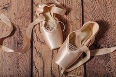 Τα παπούτσια μπαλέτου pointe βρίσκονται στο ξύλινο πάτωμα Στοκ Φωτογραφίες