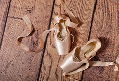 Τα παπούτσια μπαλέτου pointe βρίσκονται στο ξύλινο πάτωμα Στοκ φωτογραφία με δικαίωμα ελεύθερης χρήσης
