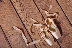 Τα παπούτσια μπαλέτου pointe βρίσκονται στο ξύλινο πάτωμα Στοκ Φωτογραφία